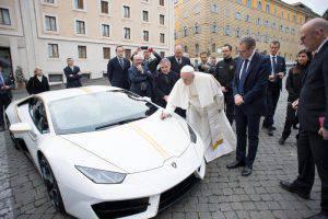 Papa Francesco vende la sua Lamborghini