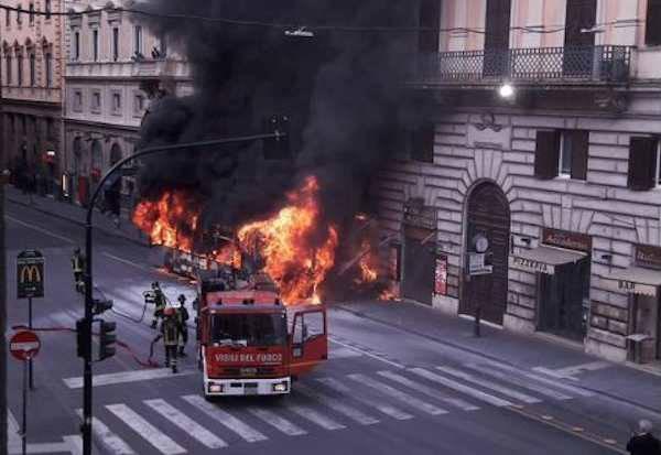 autobus esplode roma