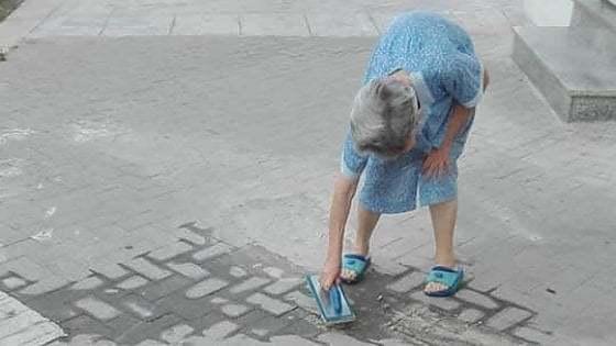 Giovanna ripara il marciapiede, rischio multa per lei