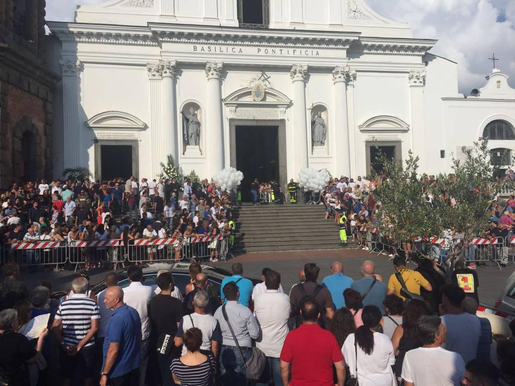 Funerale dei 4 amici morti a Genova, commozione e rabbia