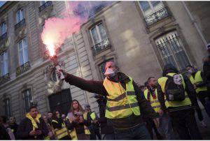 Protesta dei gilet gialli: gravi scontri a Parigi