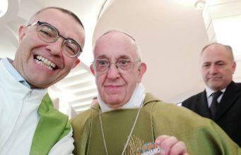 Selfie Papa Francesco con la spilla