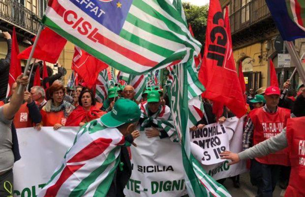 Sindacati in piazza contro il governo