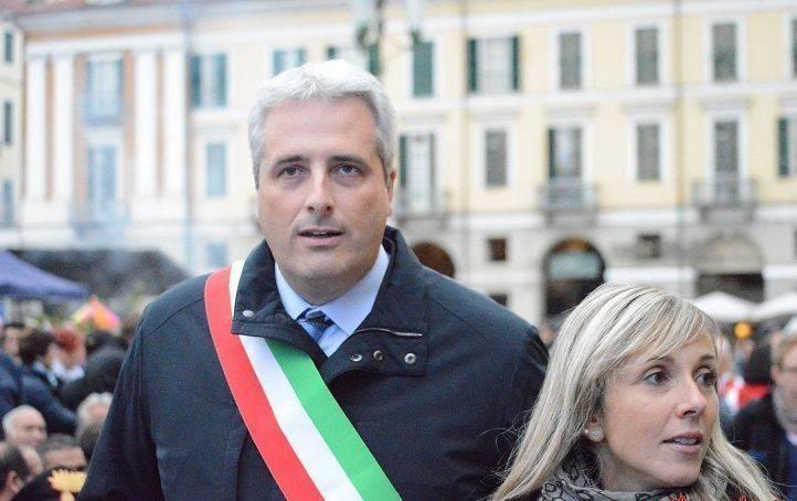 Cuneo, il sindaco espone la bandiera francese