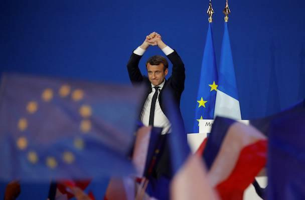 Il PD sostiene Macron, bandiera francese nel logo