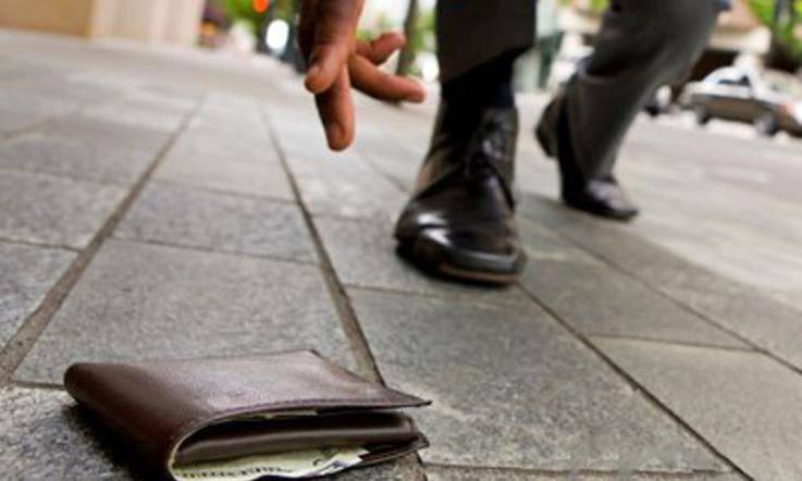 Disoccupato trova portafoglio lo restituisce