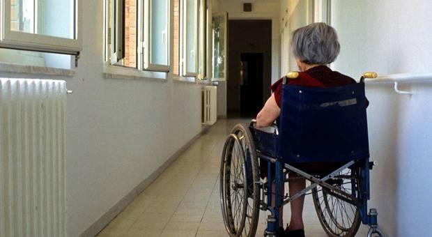 Roma, operatore abusa di un'anziana