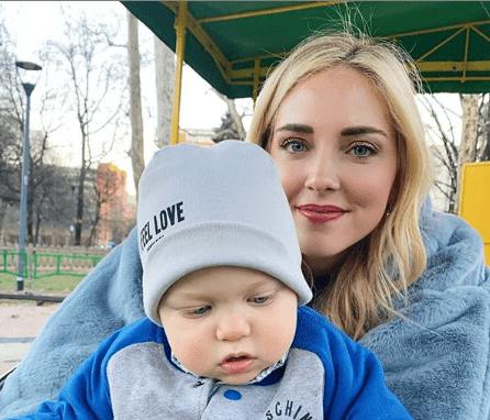 Chiara Ferragni al parco con Leone