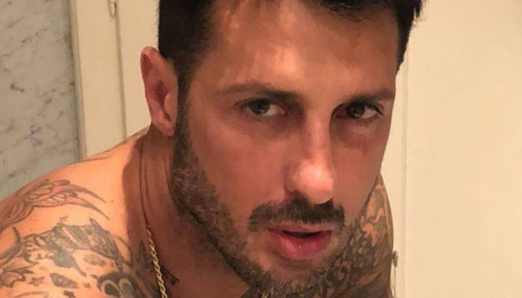Fabrizio Corona umilia Riccardo Fogli - Leggilo
