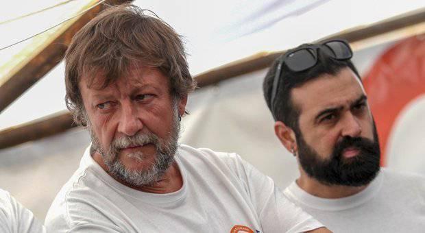 Luca Casarini, migranti a Lampedusa - Leggilo