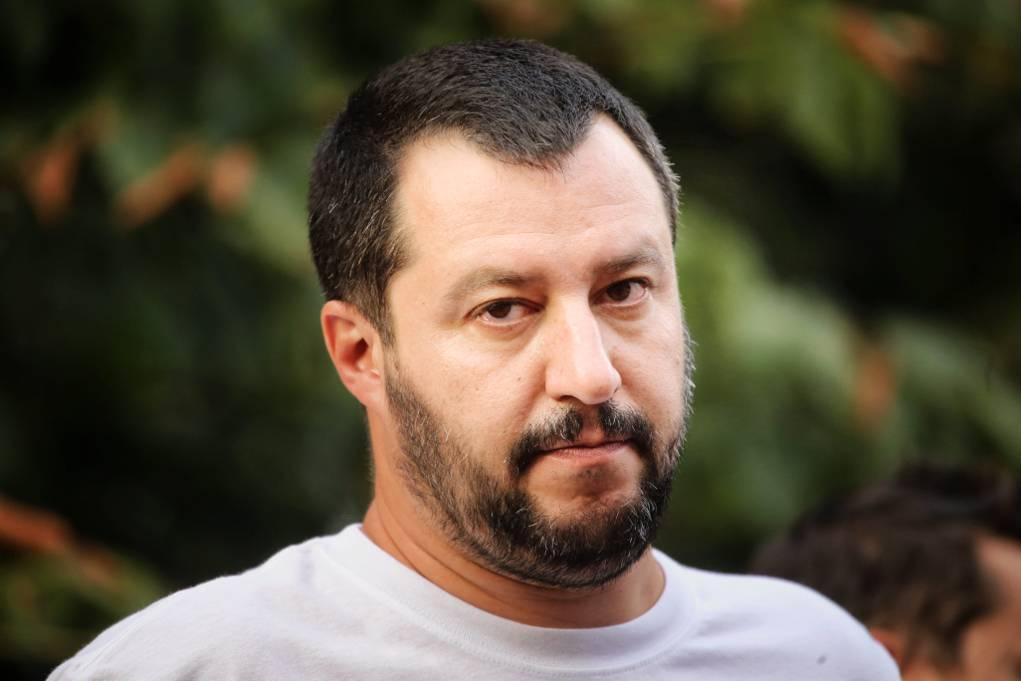 Sputa su un manifesto di Salvini
