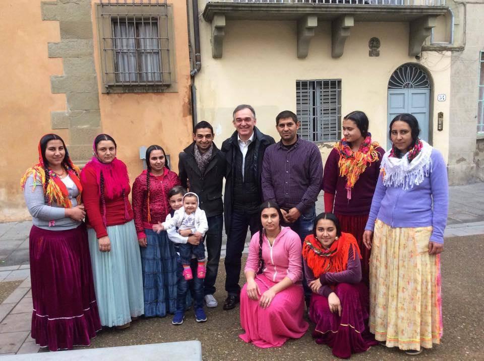 il Governatore della Toscana Enrico Rossi con una famiglia Rom - Leggilo