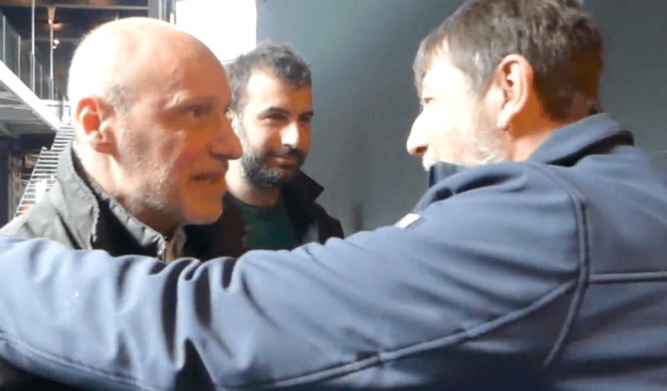 Luca Casarini abbraccia Gregorio De Falco - Leggilo