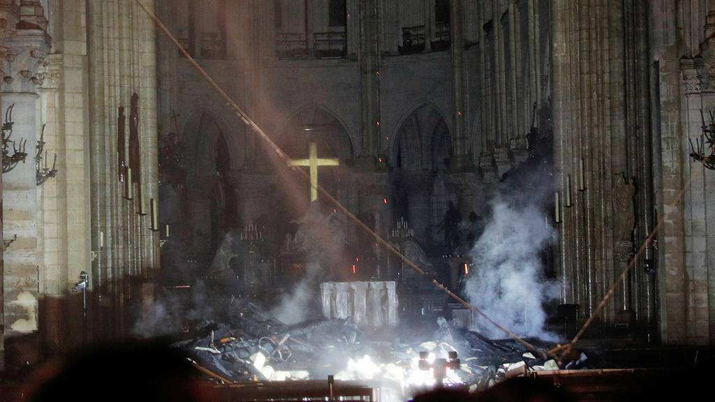 Notre Dame brucia - Leggilo