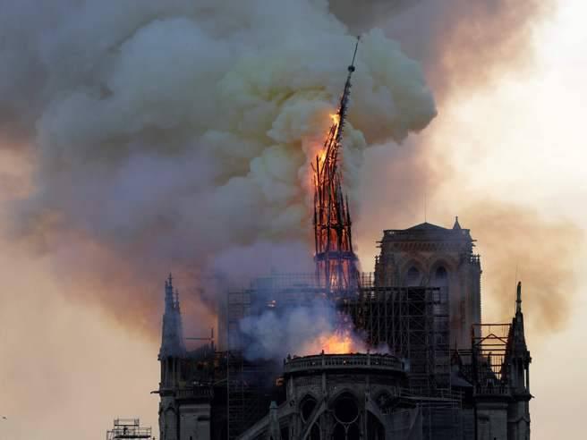 incendio di Parigi, parla Sgarbi - Leggilo