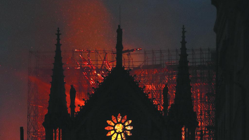 Incendio a Notre Dame, Macron pensa alla ricostruzione - Leggilo