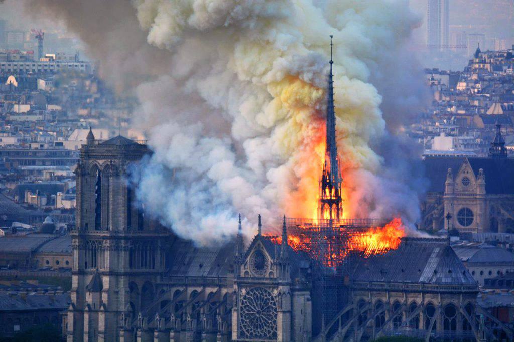 Nuova accusa a Matteo Salvini: non guardava Notre Dame bruciare - Leggilo