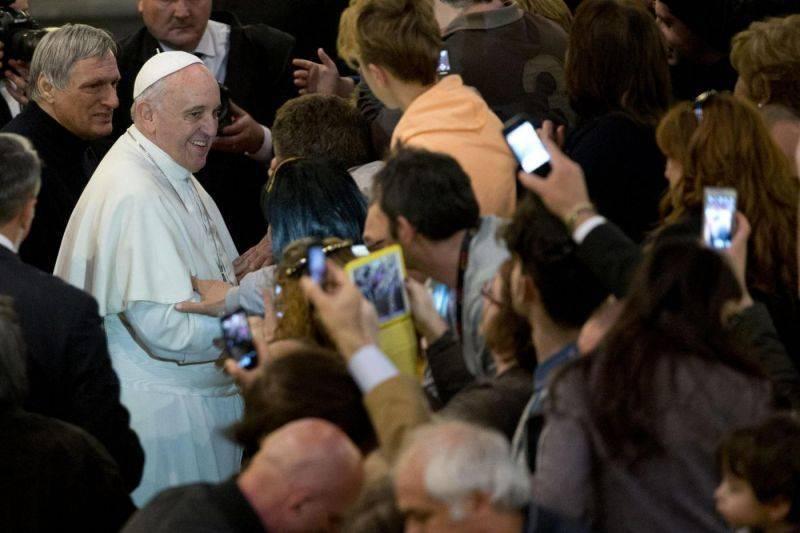 Bergoglio dona 500 mila euro ai migranti - Leggilo