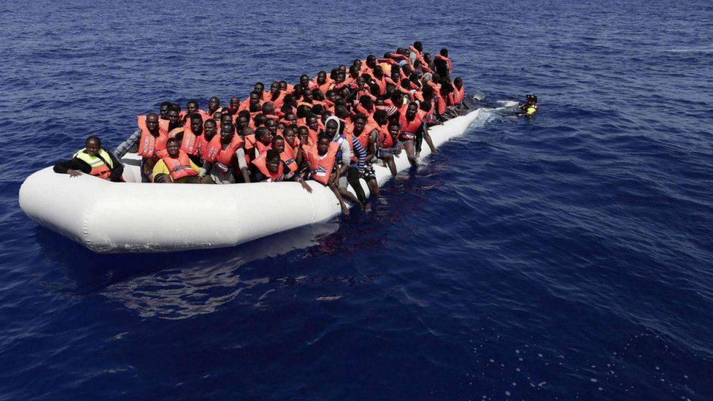 Migranti nave barcone imbarcazione immigrati persone Libia Italia Mattarella - Leggilo
