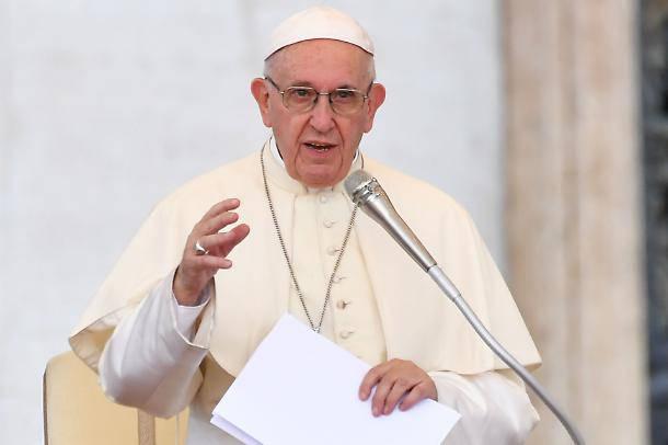 Papa Francesco: brutto vedere un nunzio coi vestiti firmati tra i poveri