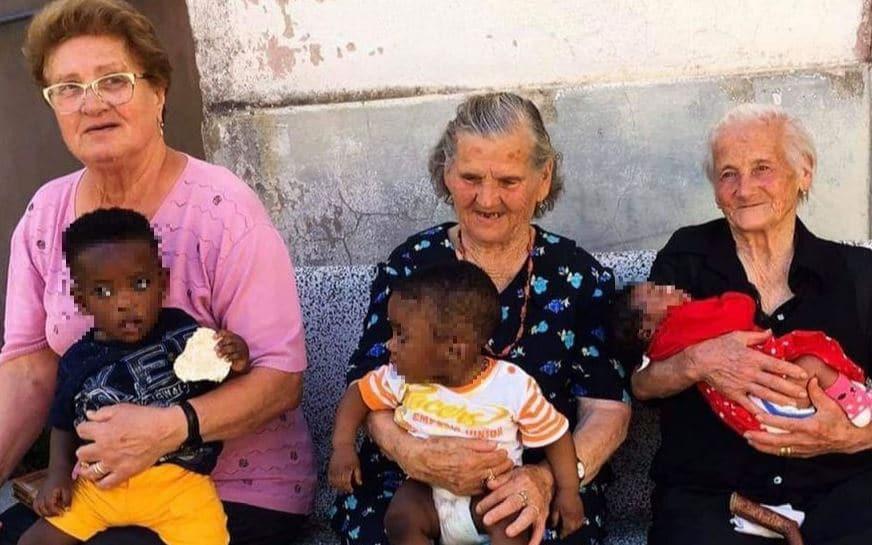 Nonne campoli in braccio bimbi migranti - Leggilo