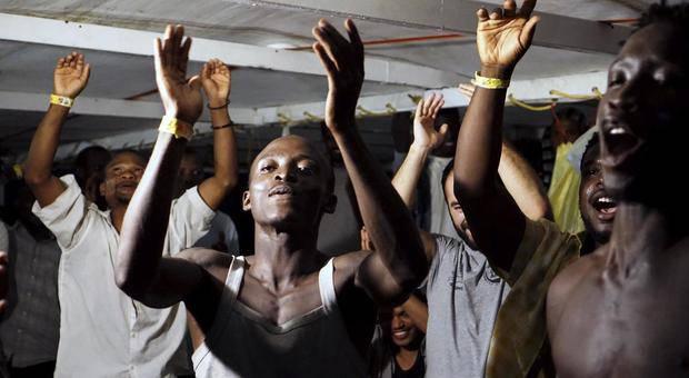 Migranti Open Arms toccano terra - Leggilo