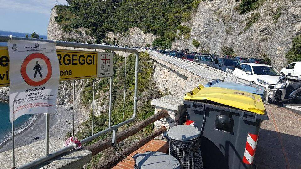 Bergeggi Savona bimbo francese colpito da bidone della spazzatura spiaggia grave coma farmacologico ospedale Gaslini Genova - Leggilo