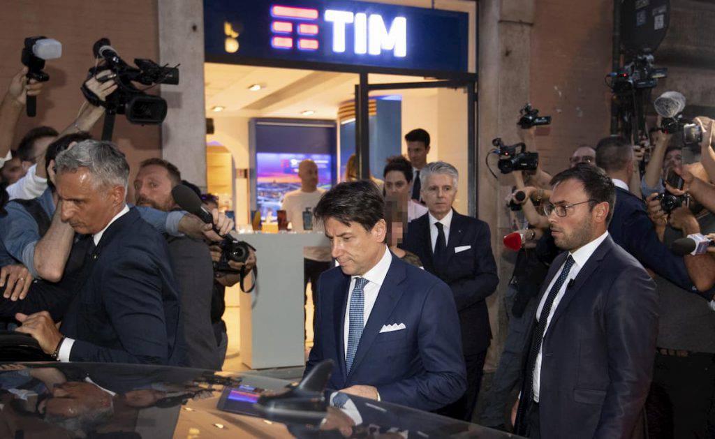 Il premier Giuseppe Conte è stato denunciato all'Antitrust dal presidente del Codacons Carlo Rienzi per pubblicità occulta alla Tim - Leggilo