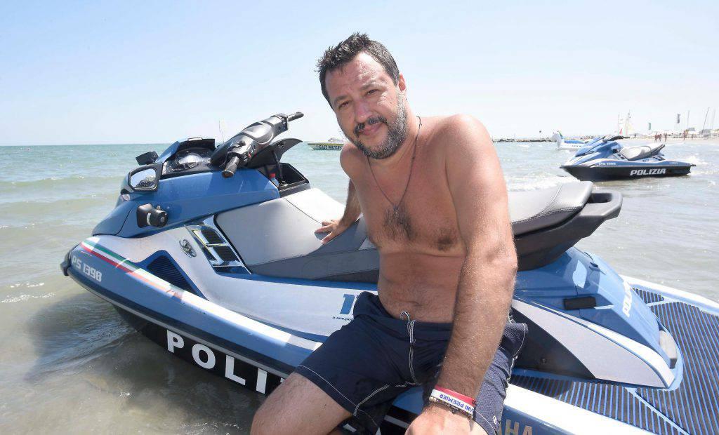 Figlio Matteo Salvini su moto d'acqua polizia in mare a Milano Marittima Procura di Ravenna ha aperto fascicolo d'indagine contro ignoti - Leggilo