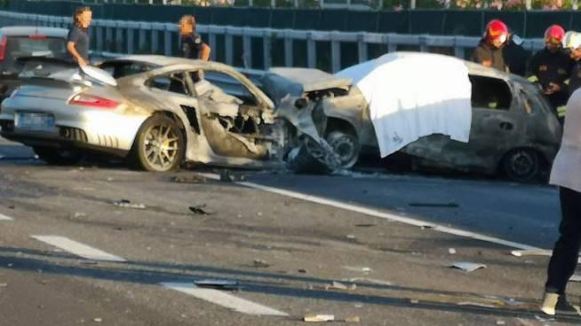 Incidente stradale mortale a Senigallia Ancona una persona morta carbonizzata un ferito grave un illeso nell'impatto tra tre auto - Leggilo