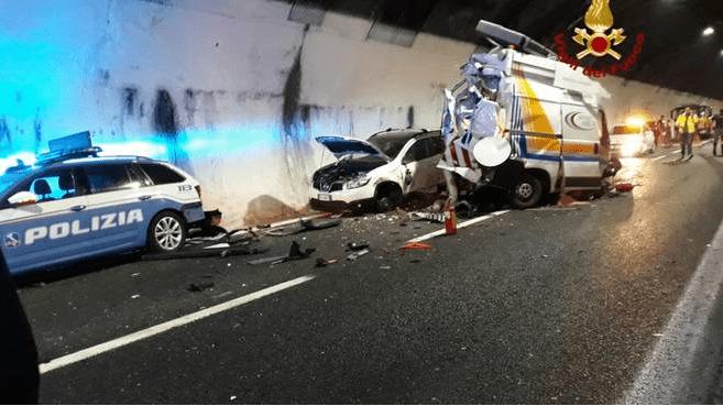 Incidente autostrada A12 Genova scontro camion auto polizia stradale furgone tre feriti agenti grave addetto soccorso autostradale - Leggilo
