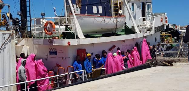 Nave Mare Jonio dell'ong Mediterranea Saving Humans ministro dell'Interno Matteo Salvini ha autorizzato lo sbarco di donne malati e bambini migranti - Leggilo