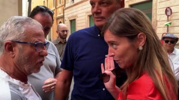 Maria Elena Boschi PD contestata da un uomo in strada sul governo con il M5s - Leggilo