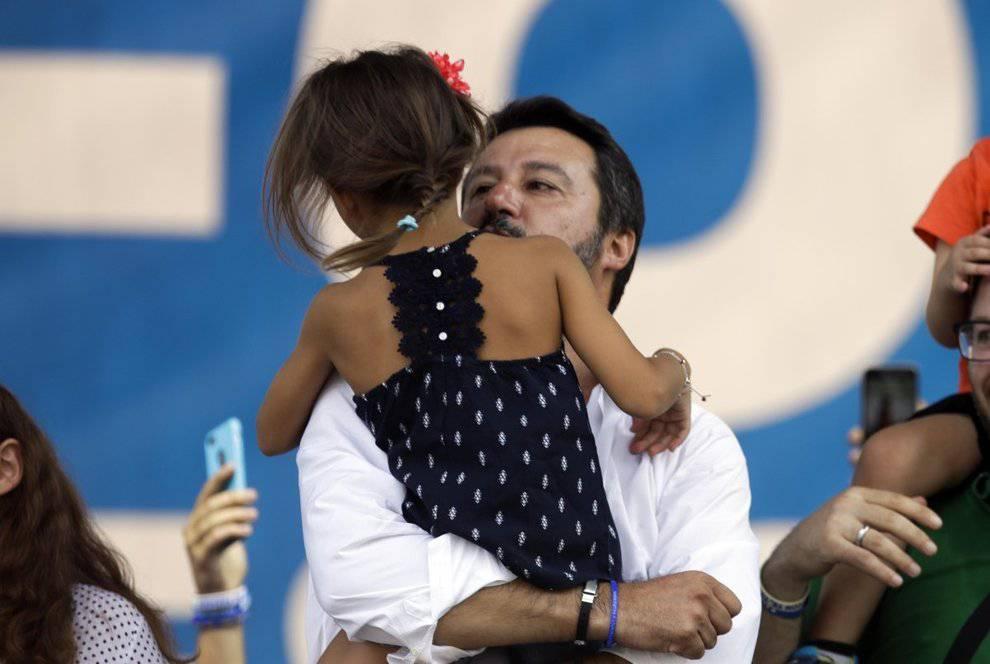 Matteo Salvini foto con la figlia post Facebook Marco Pacini giornalista caporedattore de L'Espresso sfumatura di pedofilia si scusa - Leggilo