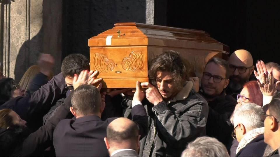 Napoli addetto alle pompe funebri canta - Leggilo