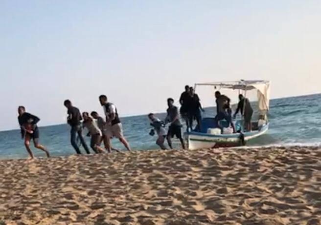 Gli sbarchi dei migranti sulla spiaggia di Agrigento