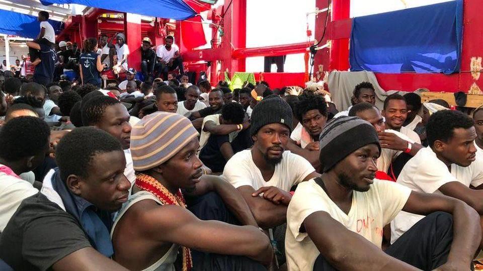 Migranti Ocean Viking Tunisia Italia sbarchi Lampedusa Porto Empedocle coltelli - Leggilo