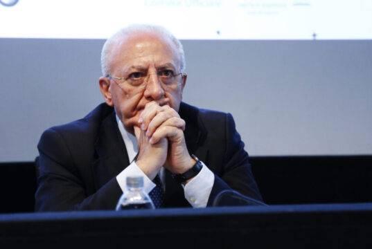 """""""La Campania ha dato prova di coraggio amministrativo durante l'emergenza"""", dice De Luca. Ma ora si apre una terza inchiesta a suo carico"""