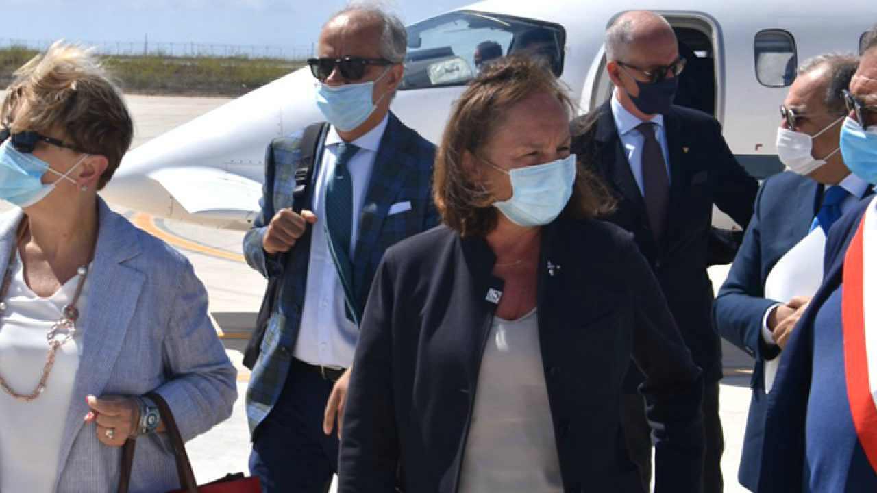 Lampedusa: il Ministro dell'Interno Lamorgese contestata al suo arrivo sull'isola - Leggilo.org