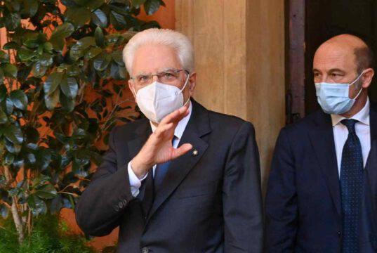 Offende il Presidente Mattarella sui social: i Carabinieri si presentano in casa e la perquisiscono