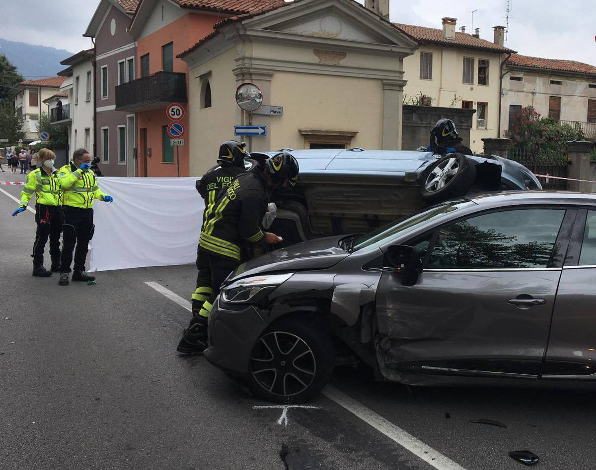 Una ragazza è rimasta schiacciata dall'auto su cui fuggiva dopo aver rubato un Rolex