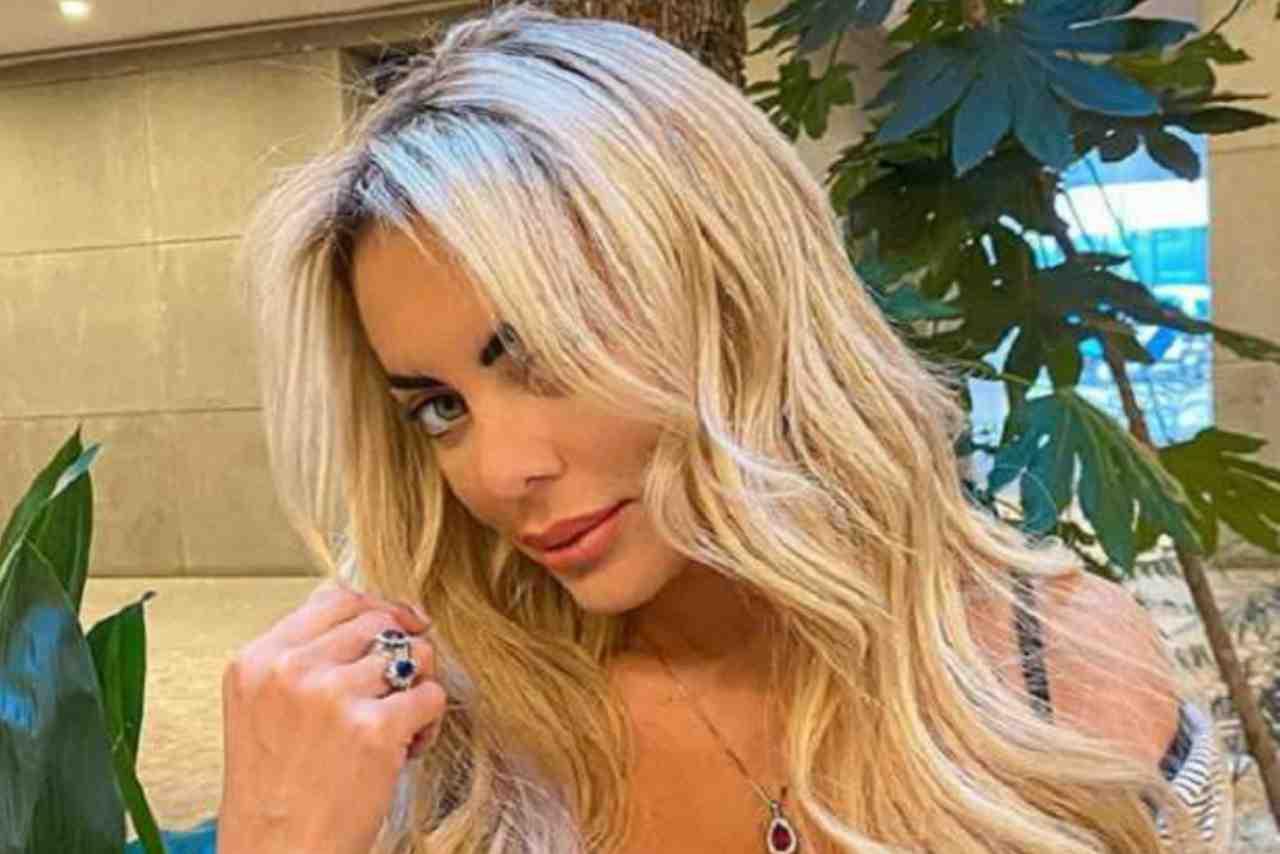 """Elena Morali mostra un dettaglio bollente: """"Dicono sia il mio lato migliore"""""""