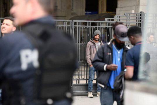 Milano, la madre di un rapinatore picchiato durante l'arresto denuncia gli agenti