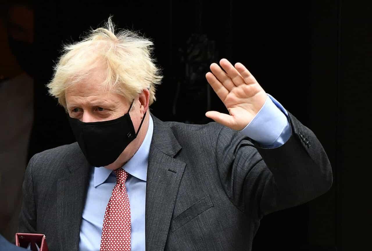Boris Johnson vuole lasciare i migranti in mezzo al mare, ma su navi italiane