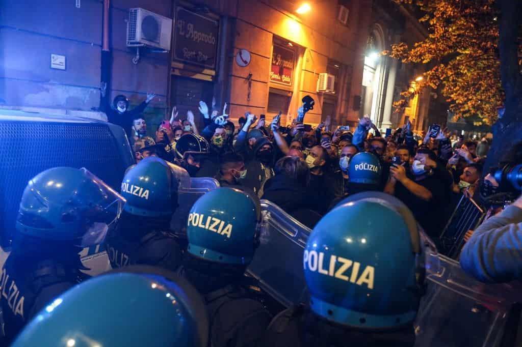 Manifestare contro le chiusure è da delinquenti, dice De Luca. Ma rinuncia al Lockdown