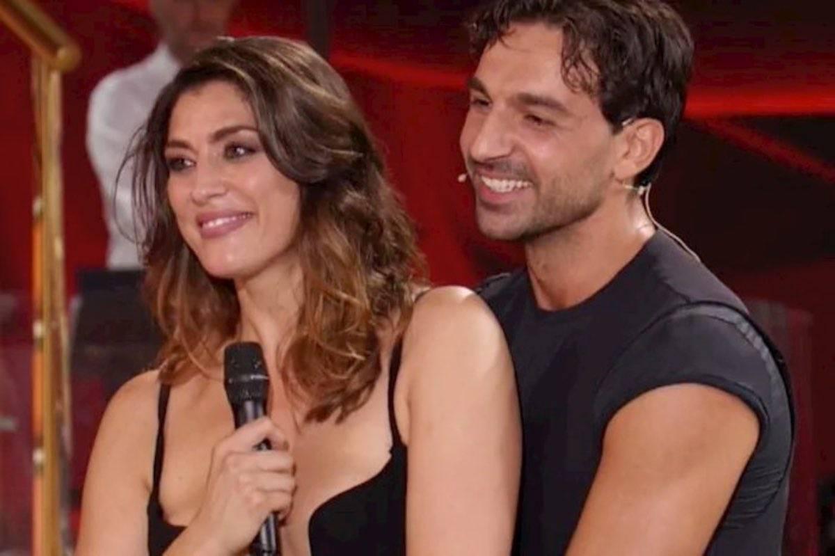 """Elisa Isoardi stuzzicata da Mariotto: """"Quei movimento sul letto…sei esperta!"""""""