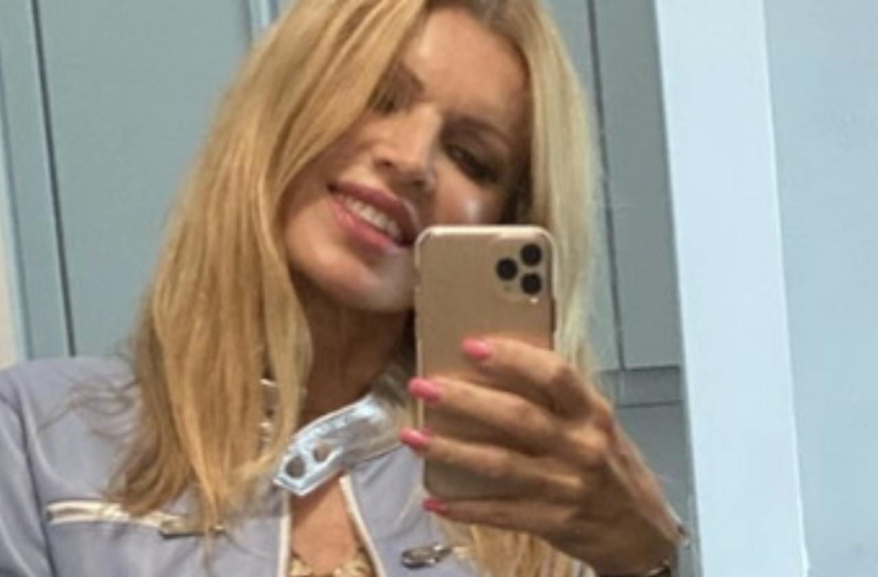 """Rita Rusic senza limiti: sotto il giubbotto niente. I follower: """"Meravigliosa"""""""