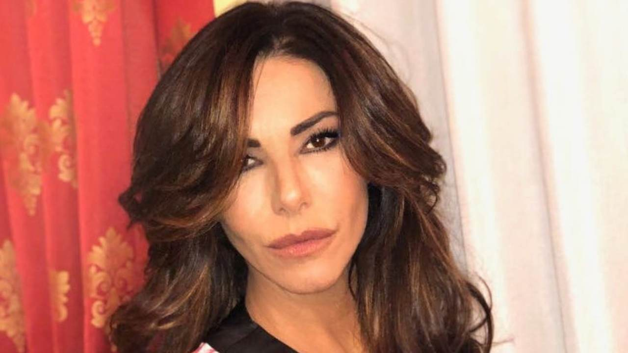 Emanuela Folliero in accappatoio per il suo bagno caldo: un dettaglio non sfugge ai fan