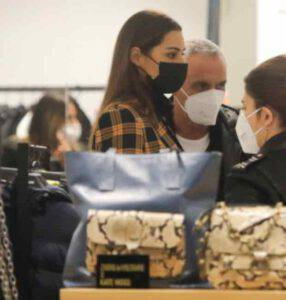 Giorgio Panariello: acquisti a Roma con la compagna che sembra Belen Rodriguez