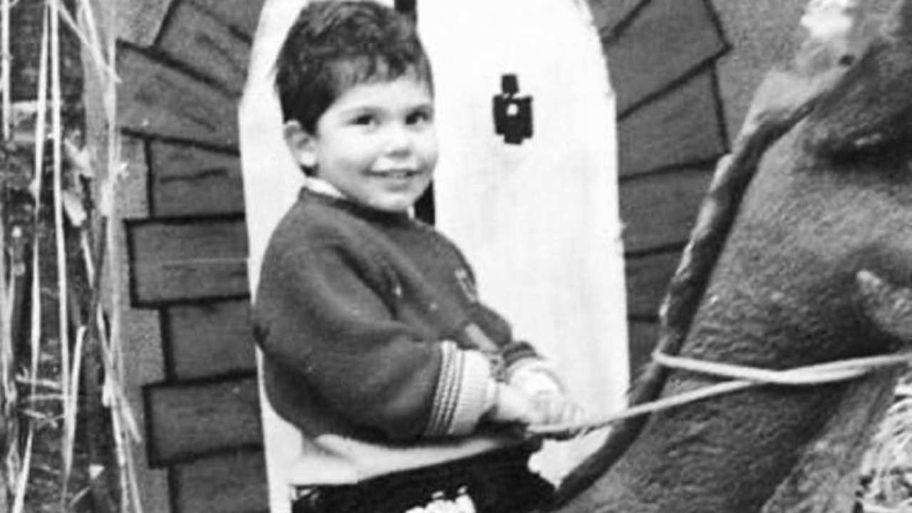 Un bambino a cavallo: è un famosissimo attore italiano, la foto lo ritrae da bambino